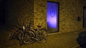 Oud naar nieuw - P-style - foto1 - fietsen tegen de gevel en disco lichten